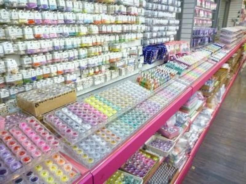 ネイル好きにはたまらない!驚きの品揃えの店。マニキュアだって何色も揃えることを考えると、少しでもロープライスで手に入れたいですね。