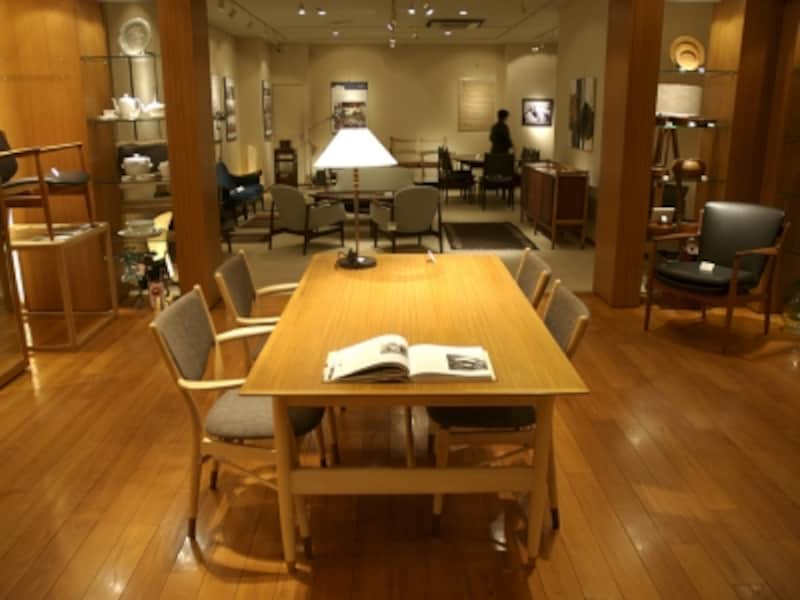 中央にテーブル、そして奥に今回の展示スペースが。