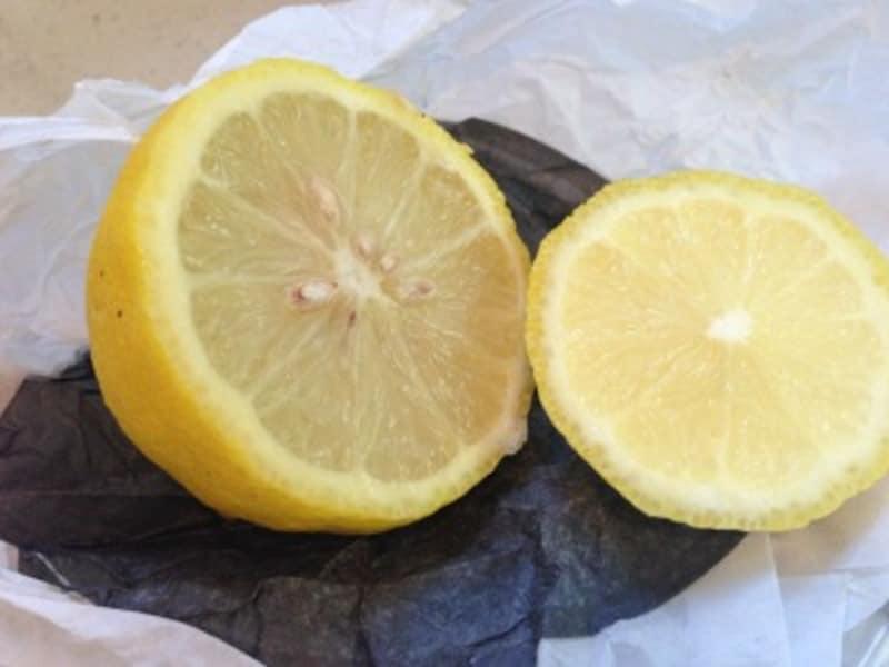 黄ばみの落とし方1:レモンの酸が、衣類に残った皮脂などアルカリ性の汚れを分解してくれます