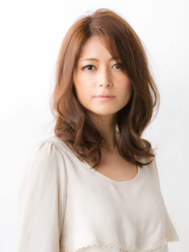 40代に似合う鎖骨ミディアムのリラックスウェーブ [ヘアスタイル・髪型] All About