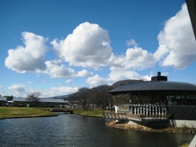 軽井沢・プリンスショッピングプラザの中央池とレストラン