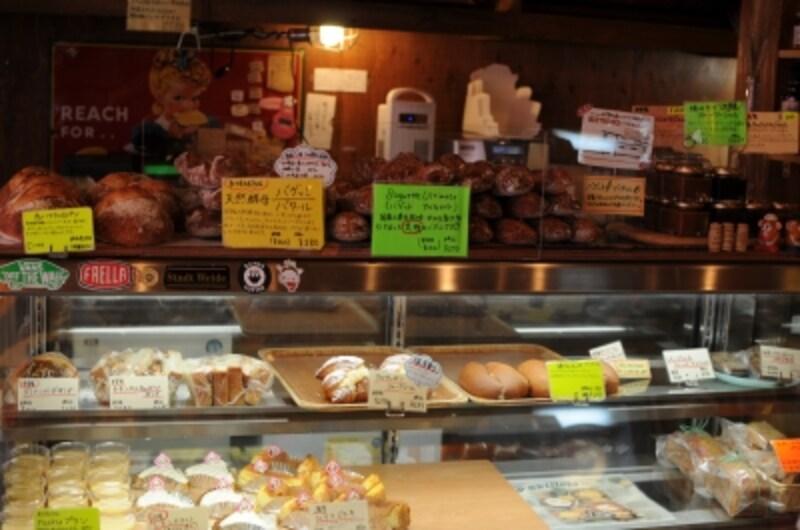 冷蔵ショウケースにはケーキやお総菜、サンドイッチも