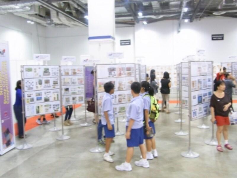 国際切手展会場の作品を見る地元の子どもたち