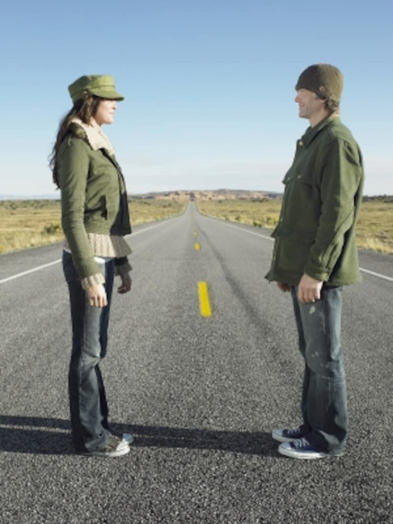 道路で向き合う外国人カップル