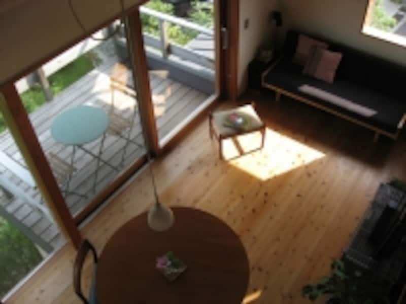 ソファもダイニング、バルコニーのテーブルも何も変わらず、床の色だけが濃くなった