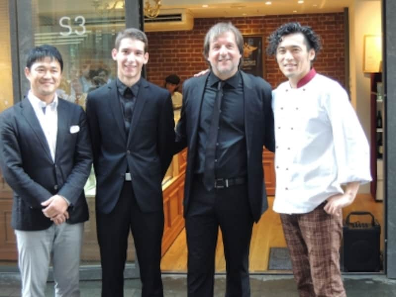 左からJR東日本ステーションリテイリングの三井剛さん、エーデッガ・タックス9代目ロベルト・エーデッガーさん、10代目マティアスさん、野澤孝彦さん