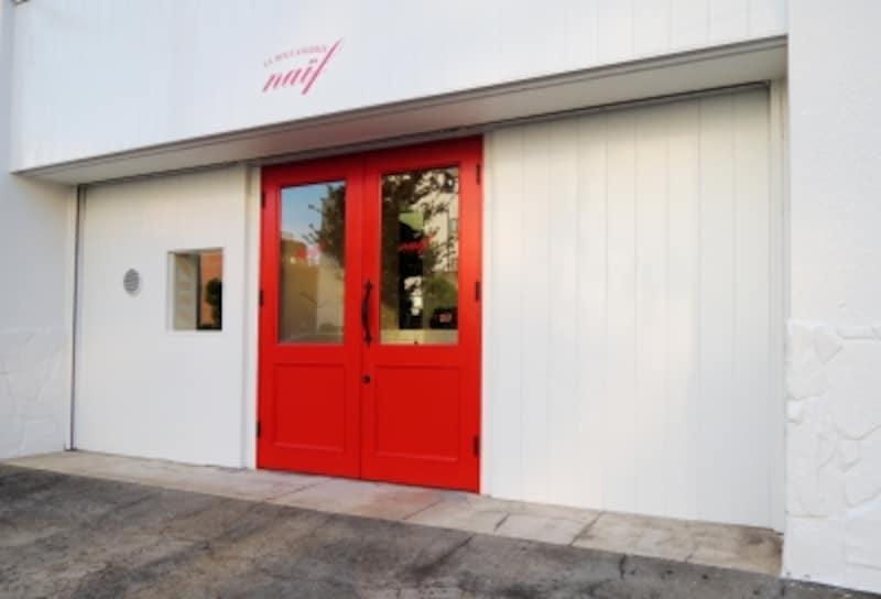 赤いドアが目印