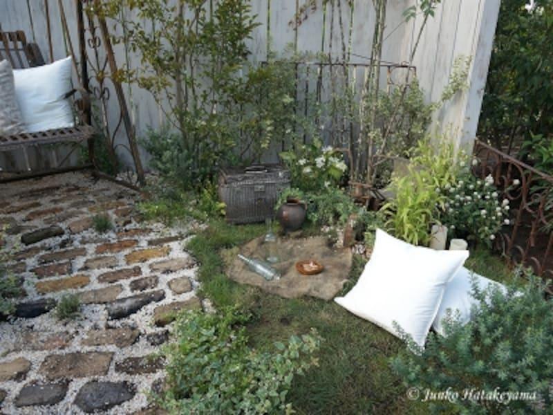 「庭で楽しむ素敵な休日」より
