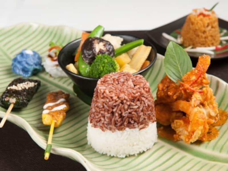 「パタラ・プレミアムランチセット」葉型のセラドン焼きの皿に盛りつけられたワンプレートランチは駐在奥様にも人気