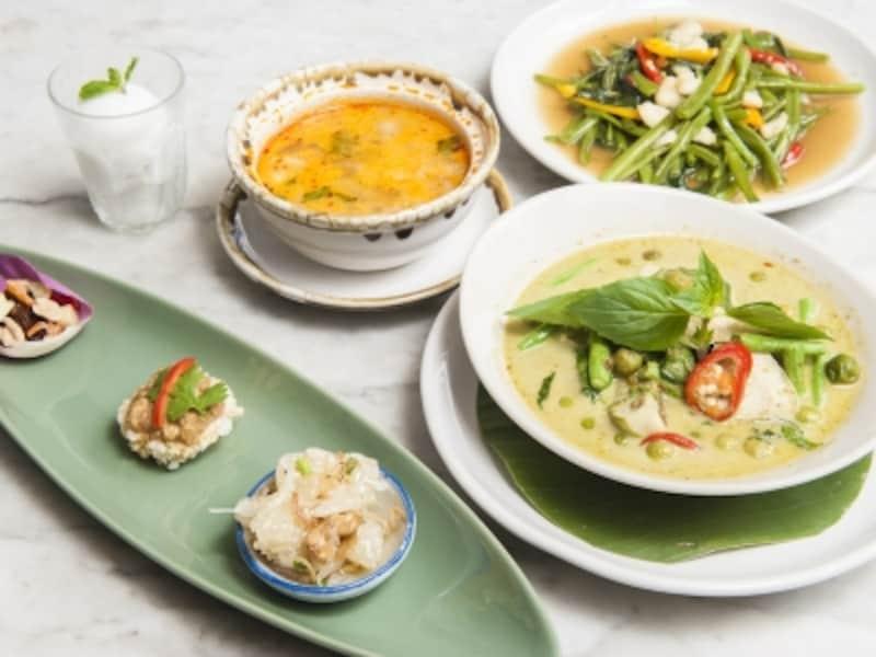 セットランチの内容は、3種類の前菜(ポメロのサラダなど)、スープ(鶏肉のトムヤム)、メイン(メニューから選択。こちらはグリーンカレー)、野菜炒め、アイスクリームという豪華さ。