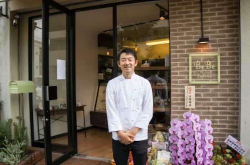オーナーシェフパティシエundefined捧雄介さん1977年生まれ、新潟県三条市出身。辻調理師専門学校undefined卒業フランス菓子の名店「ルコント」で修業を始め「オテルドゥミクニ」「アロマフレスカ」「ロワゾー・ド・リヨン」を経て「パティスリーカフェプレジール」のシェフパティシエに就任。2013年5月に、京王線・千歳烏山駅に自店である「P?tisserieYuSasage(パティスリーユウササゲ)」をオープン。