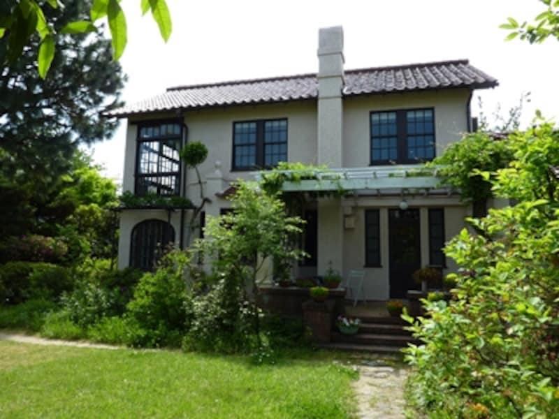 切り妻屋根の外観は当時アメリカで流行していたスパニッシュ様式を基調としたもの