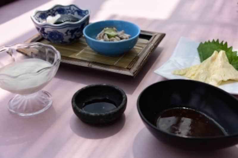 ランチ「岩焼」コースより。濃厚で風味豊かな「自家製クレーム・ド・豆腐」、おばんざい盛合せ、湯葉のお造り。メニューは季節によって変わる
