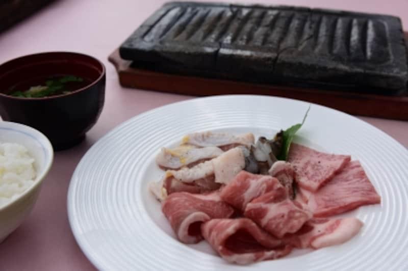 ランチ「岩焼」コースより、三梨牛、京都ポーク、地鶏、海老の「岩焼盛合せ」。