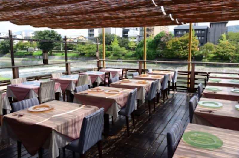 鴨川の河畔にしつらえられたテラス席「納涼床」