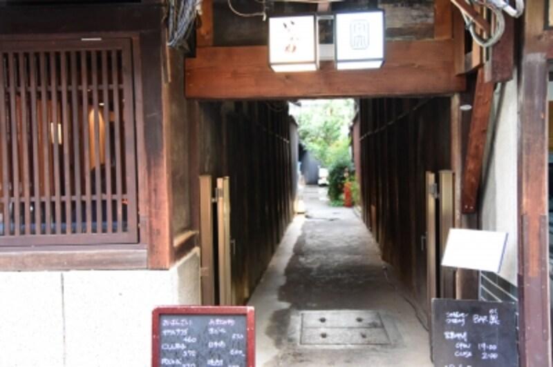 高倉通りからさらに路地の奥へ進んだ先にお店がある。写真は路地の入口