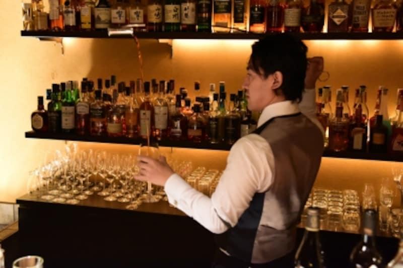 「ベネンシア」を自由自在に使い、グラスにシェリー酒を注ぐ華麗な技