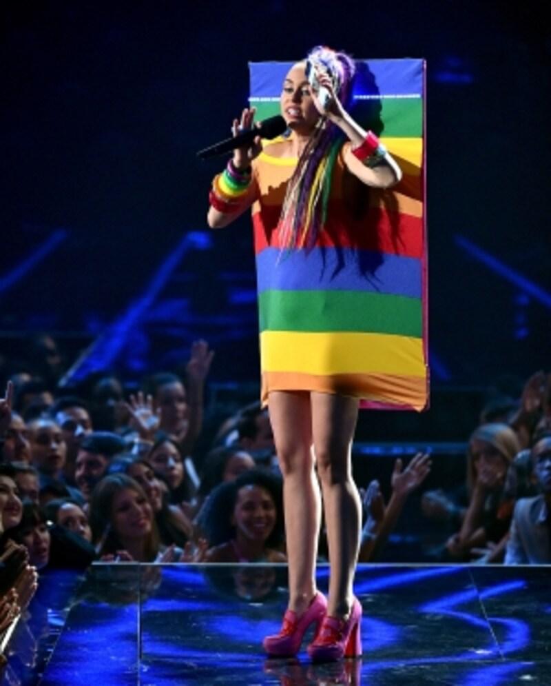 LGBTの象徴であるレインボーでステージに現れたマイリー。