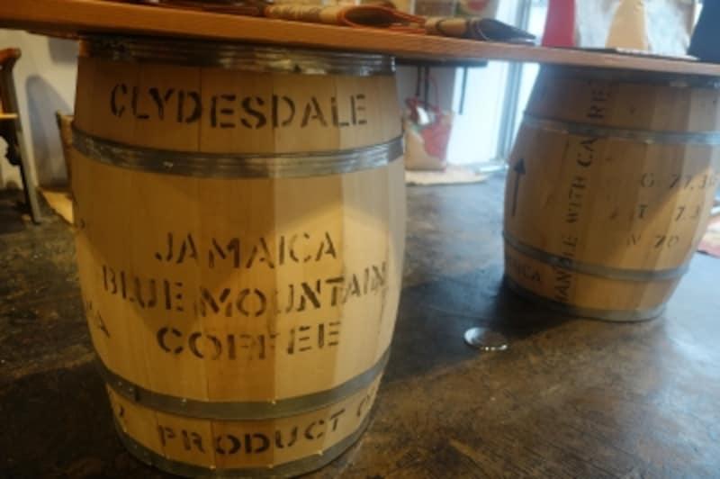 コーヒーの木樽を什器に活用した味わい深いテーブル。