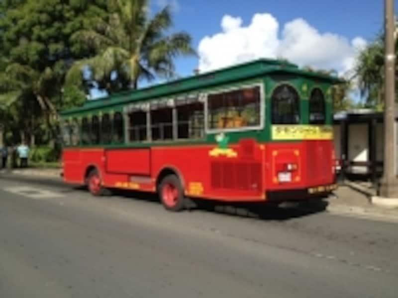グアムの赤いバス