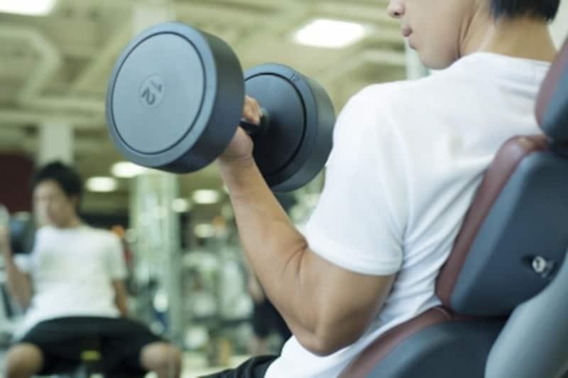 となりでトレーニングする彼のたくましい腕に、ドキドキ。