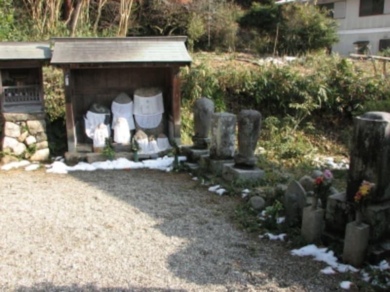 「海柘榴市観音堂」境内の石仏たち