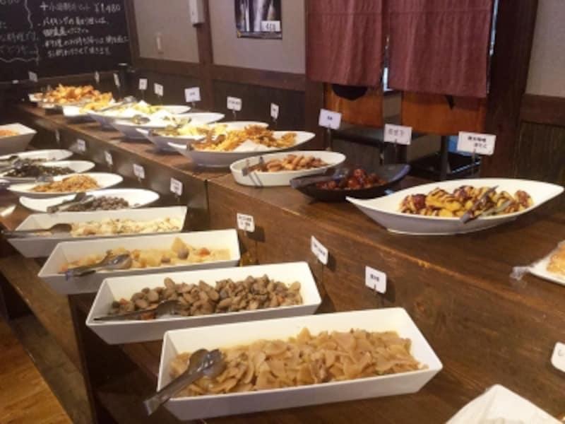 ランチで人気!地元の食材を使ったビュッフェ。