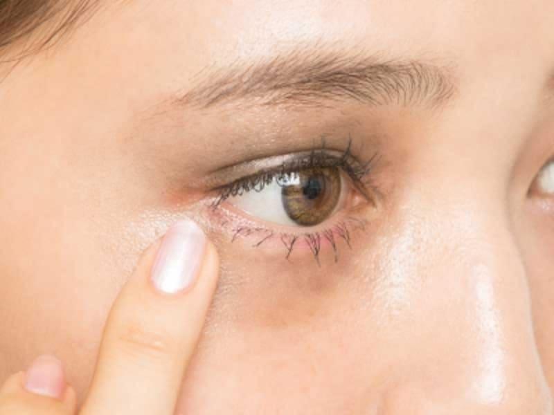 3undefinedブラウンのアイシャドウを、目の周りに四角く塗る