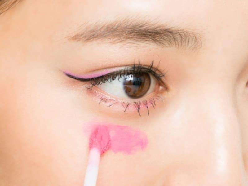 8undefinedピンクのクリームチークを濃い目に塗る
