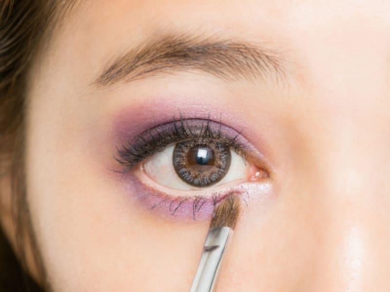 8undefined下まぶたの目頭に、薄いパープルのアイシャドウを塗る