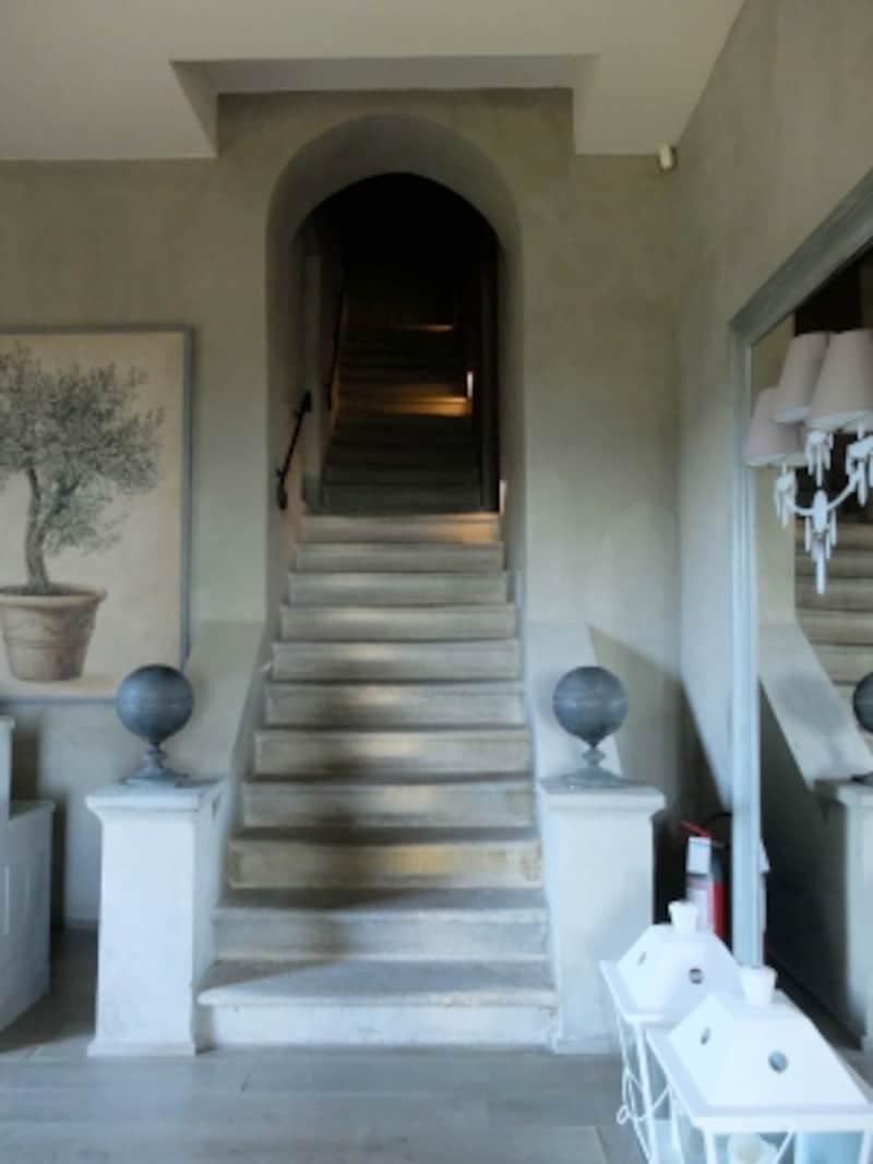 エントランスから客室に延びている階段
