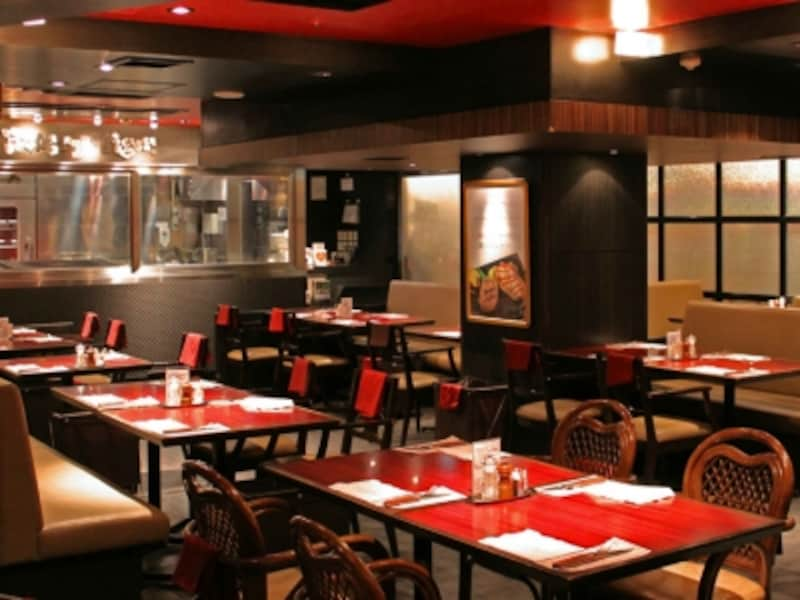 赤と黒を基調とした、ハングリータイガー横浜モアーズ店の店内(画像提供:ハングリータイガー)