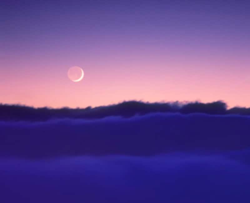 夕焼け空に輝く月。月の名前を知らなくたって、月が美しいことに変わりはありませんね