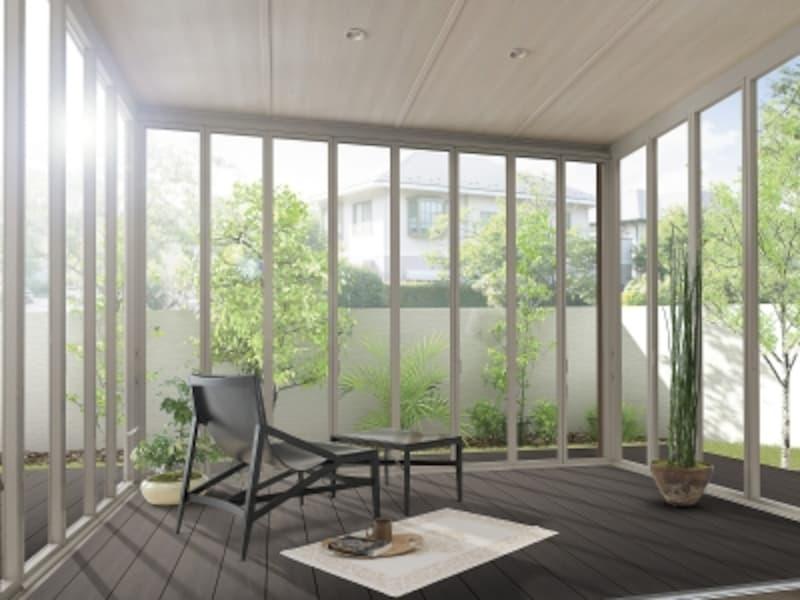 開閉できる折戸パネルを設ければ、用途や季節にあわせて、さまざまな楽しみ方ができる。[ガーデンルームundefinedエクシオールジーマ]undefinedLIXILundefinedhttp://www.lixil.co.jp/