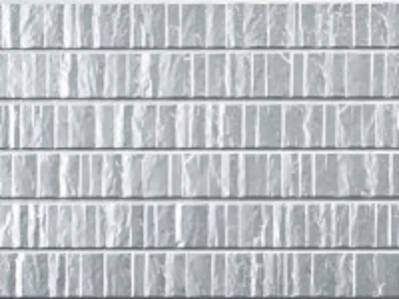 切石柄のメタリックなデザインが個性的な外観に。[はる一番  アニューシリーズ グロッシュ メタリックシルバー] ケイミュー www.kmew.co.jp