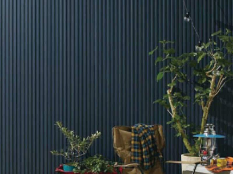 太陽光の熱エネルギーを表面で反射し、遮熱効果の高い着色顔料のフッ素塗料を使用した鋼板。新築時の色合いが長持ちする。[Danサイディング遮熱性フッ素SGL鋼板単色塗装品「スパンサイディングS」の施工例(色:エストブルーBF、タテ張り)] 旭トステム外装 http://www.asahitostem.co.jp/