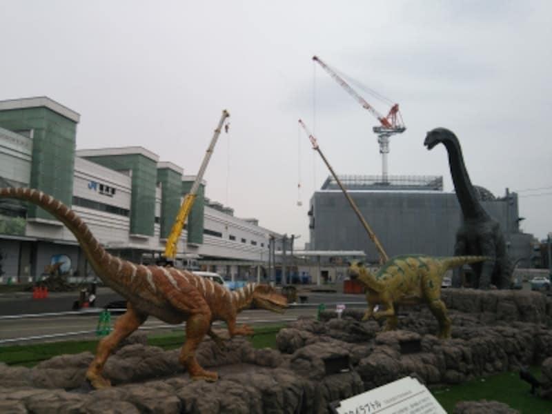 JR福井駅前に現れたリアルに動く恐竜復元模型のモニュメント