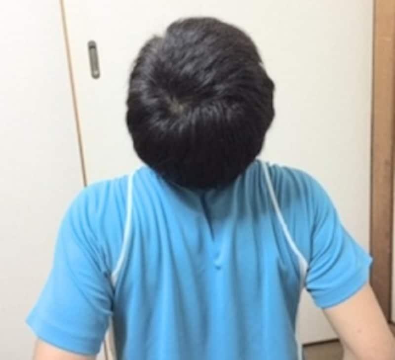 後頭部と両肩を近づけるように動かします