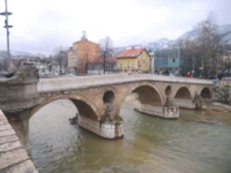 サラエボ事件の現場としてあまりにも有名なラテン橋は今日も健在