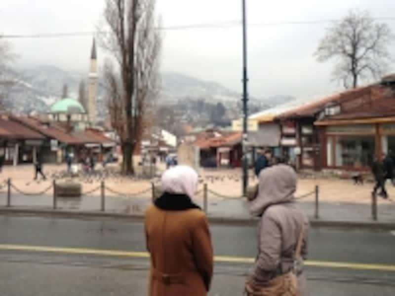 イスラム風のスカーフを身にまとうボスニア人女性