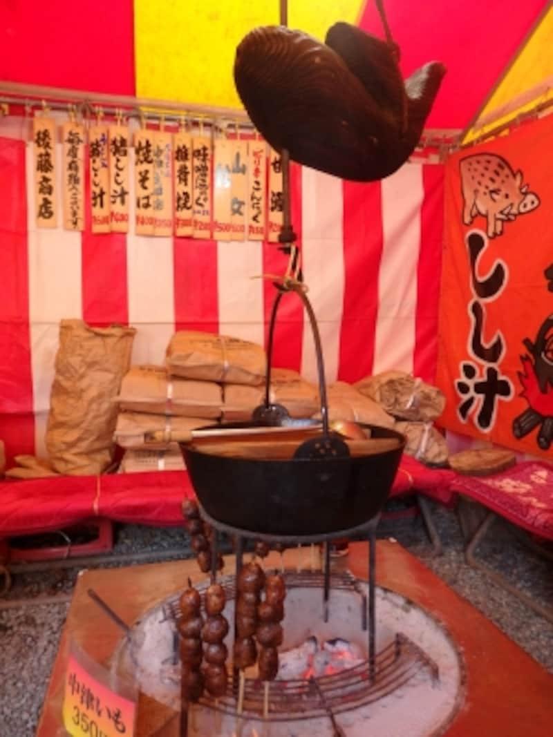 テントの中にはしし汁の鍋や中津川いもの串ざし