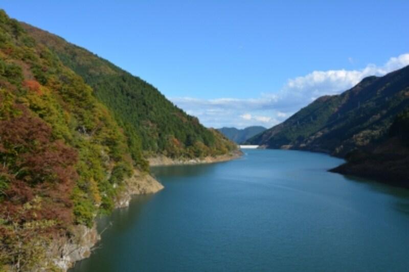 奥秩父もみじ湖の愛称で呼ばれる滝沢ダム
