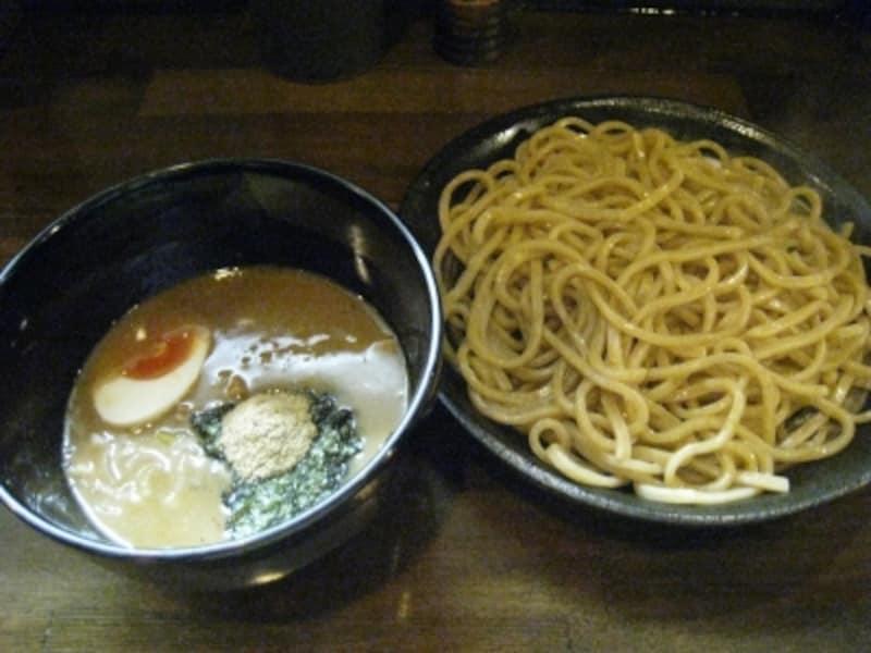 濃厚つけ麺(並盛り)。コシのある太目の麺が特徴。