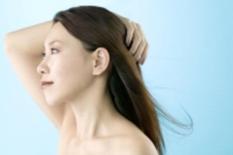 髪をかき上げている女性