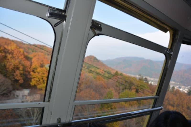 宝登山ロープウェイに迫る山肌の紅葉