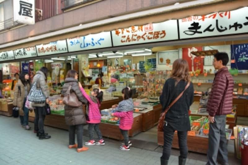 長瀞岩畳商店街に立ち並ぶ土産物店