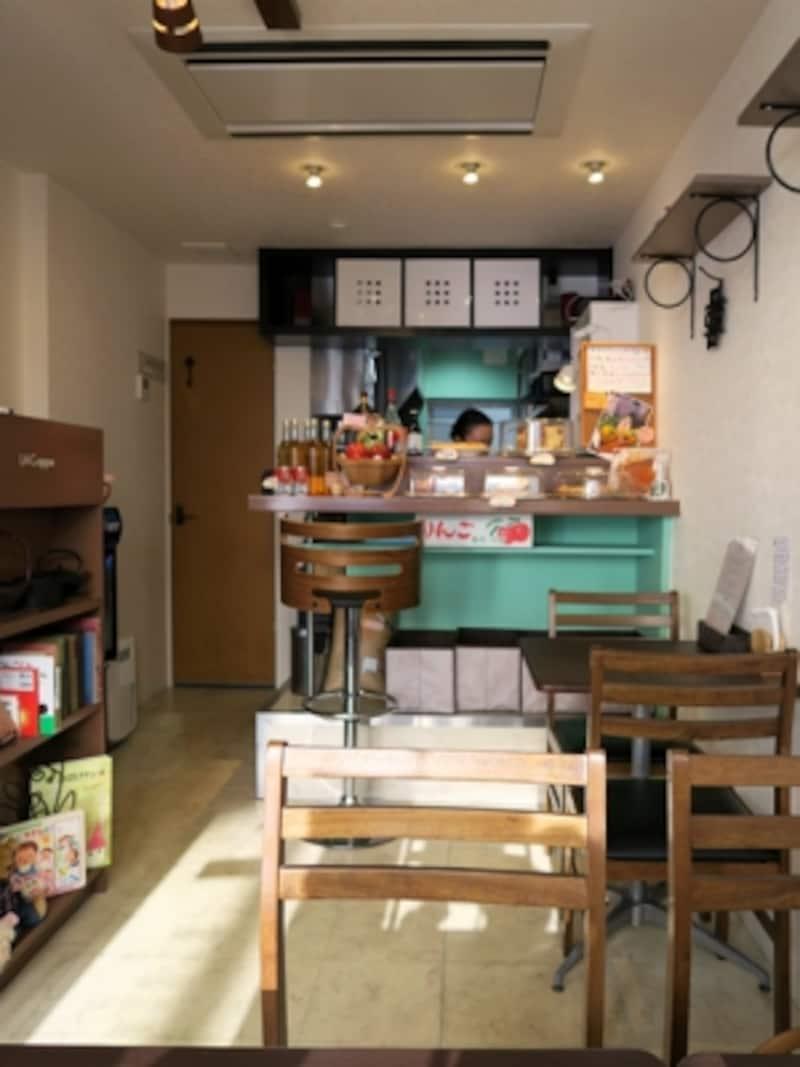 ラ・コッペ店内。小さなカフェなので、訪れる前に電話でアップルパイの有無確認や席の予約を(2015年9月12日撮影)