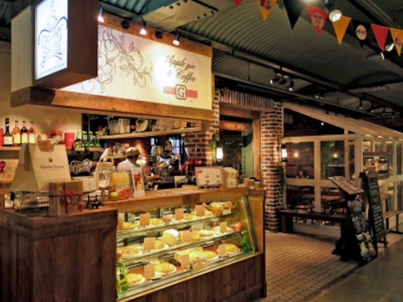 横浜赤レンガ倉庫2号館1階にある「グラニースミスアップルパイ&コーヒー横浜店」。テイクアウトとイートインが可能(2015年10月2日撮影)