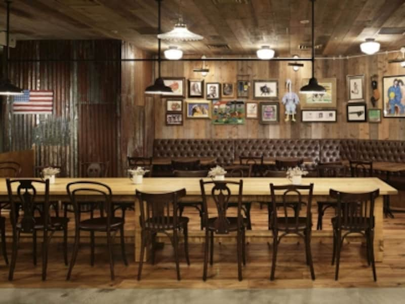 長いテーブルが特徴的。グループでも、ひとりでも入りやすい雰囲気(画像提供:M・R・S)