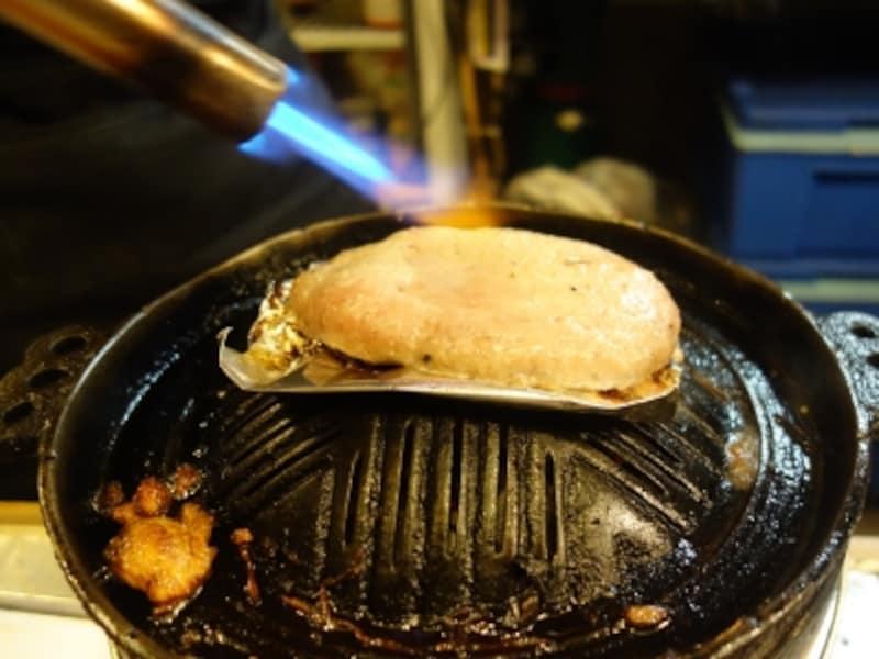 ラムハンバーグはバーナーで炙る